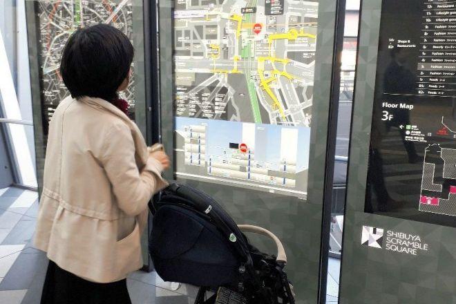 渋谷駅の案内版を見る高重記者