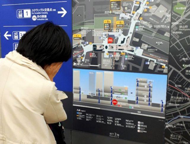 渋谷駅の地図を見て頭を抱える高重記者