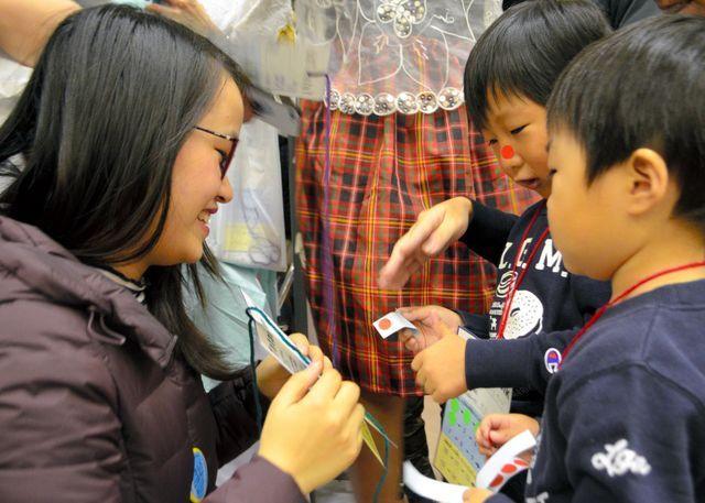 大阪市生野区は日本人と外国人が「やさしい日本語」で話をして楽しむイベントをしました=澤木香織撮影