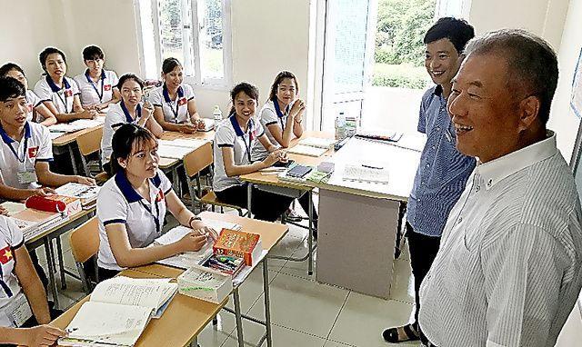 たくさんのベトナム人が働く佐賀県の靴下製造「イイダ靴下」(本社・奈良県)の工場では、週1回4時間の日本語学習会を開いています=ハノイ、織田一撮影