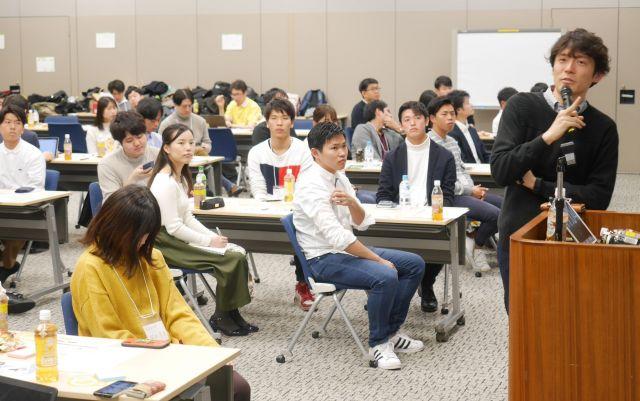 働くことの意味について話す吉田将英さん(右端)