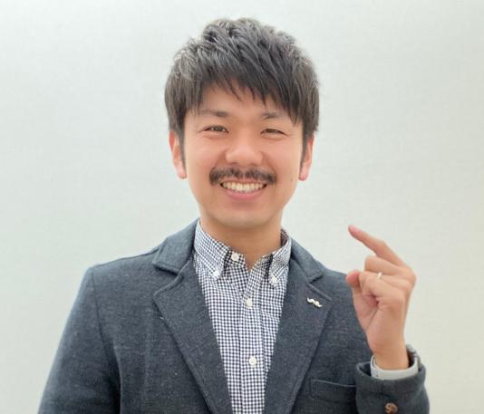この写真は25日時点の松田さんです。立派なMoをたくわえています