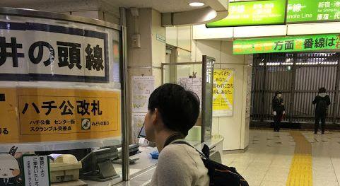 JR改札でスクランブルスクエアへの行き方を尋ねる藤田記者