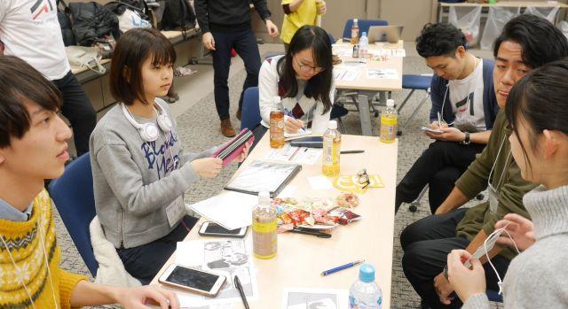 参加者の話を聞く上原さん(左から2番目)