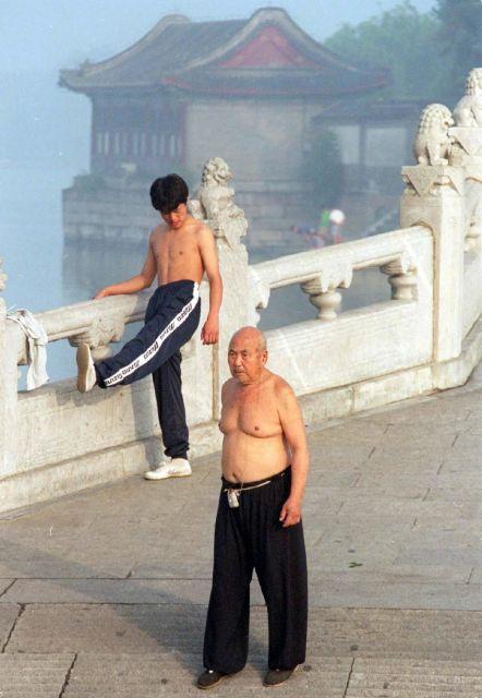 朝の稽古に励む「膀爺」=1997年7月25日、北京