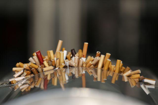 駅の灰皿に溜まったタバコの吸い殻=2013年12月23日、上海