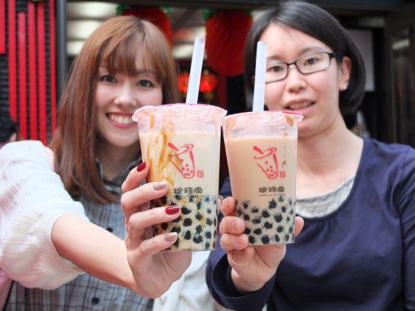 タピオカミルクティーを楽しむ女性たち=2009年6月19日、東京都渋谷区、土屋亮撮影