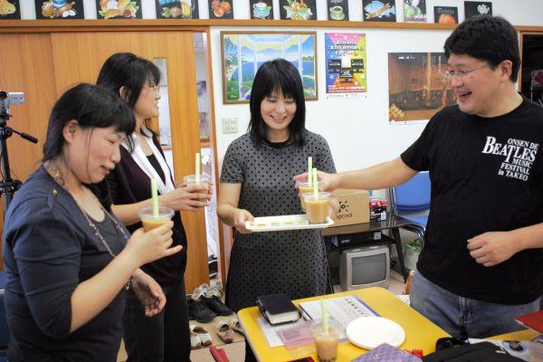 フェイスブック交流会でタピオカミルクティーを試飲する参加者たち=2011年9月25日、佐賀県武雄市