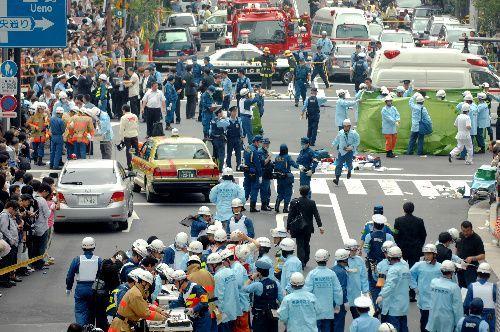 事件現場となった秋葉原電気街の交差点付近。警察官や救急隊員、報道関係者、通行人らで騒然とした=2008年6月8日、東京都千代田区外神田、筋野健太撮影