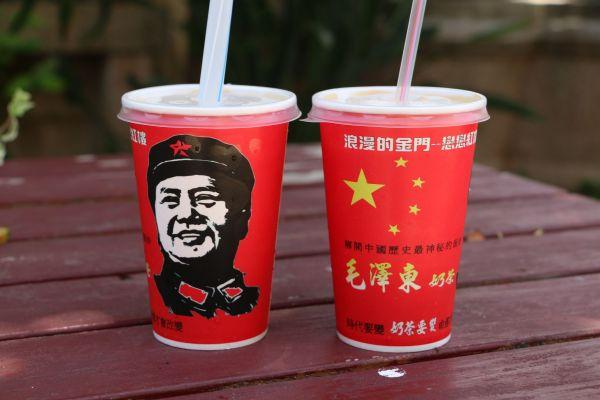 台湾・金門島の観光地で売られている毛沢東ミルクティー=2018年8月16日、西本秀撮影