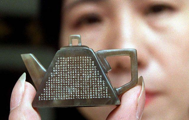 小さい玉の茶壺に彫刻された『茶經』=1996年6月6日、クアラルンプール、マレーシア