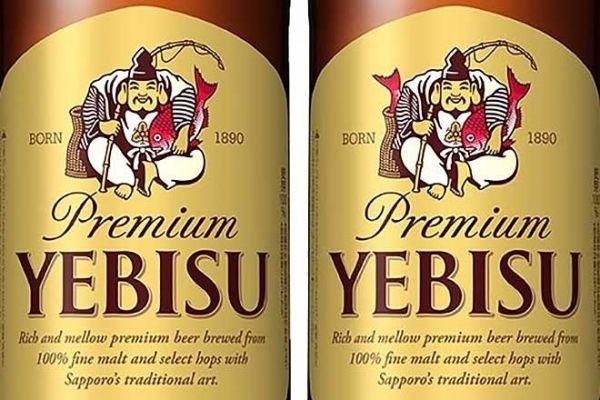 ヱビスビールの大瓶のラベル。左が通常品、右がラッキーヱビス