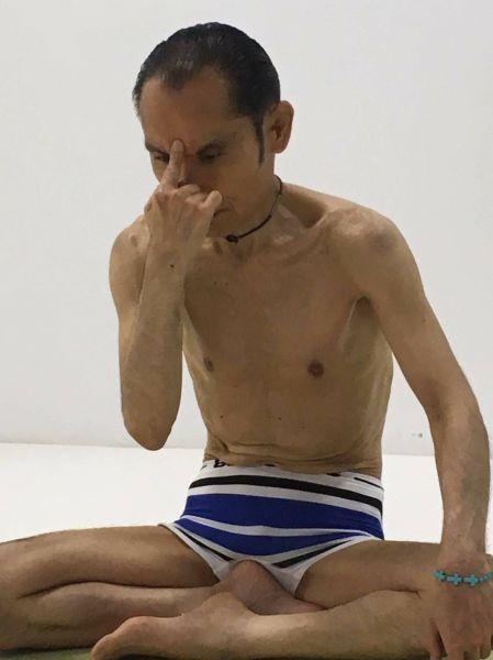 ヨガをする片岡鶴太郎さん