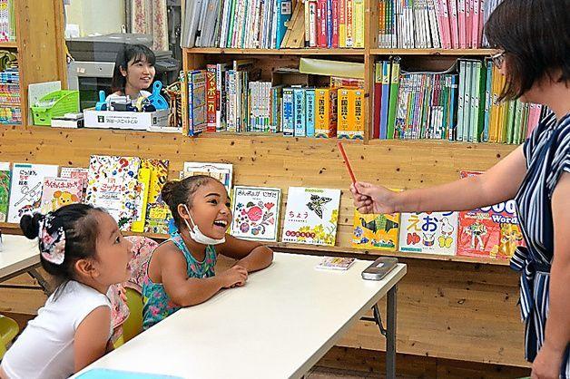外国から来たばかりの子どもが、学校に転入する前に、日本語や学校生活の知識を集中的に学ぶ「初期教室」が、全国の自治体に広がっている。団地の空き店舗を改装した愛知県豊明市の初期教室=玉置太郎撮影