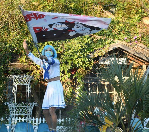取材後、旗を振り送り出してくれるセーラちゃん