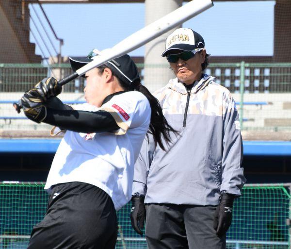 打撃練習を見つめる宇津木麗華監督
