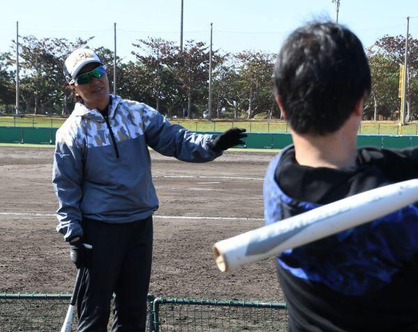 宇津木監督の前で素振りをする記者