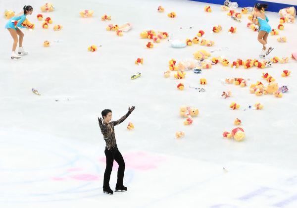 羽生結弦選手の演技終了後、多くのプレゼントがリンクに投げ入れられた=2019年3月、内田光撮影