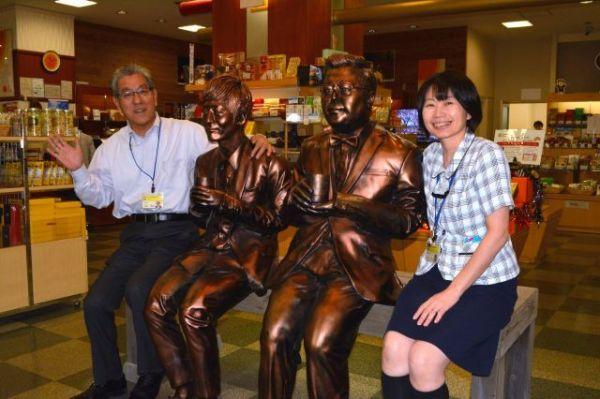 みやざき物産館KONNE」で客を出迎えていたとろサーモンの銅像=2018年10月2日、宮崎市、 伊藤秀樹撮影