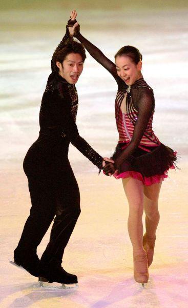 2009年全日本選手権のエキシビションで、一緒にダンスをする高橋大輔(左)、浅田真央