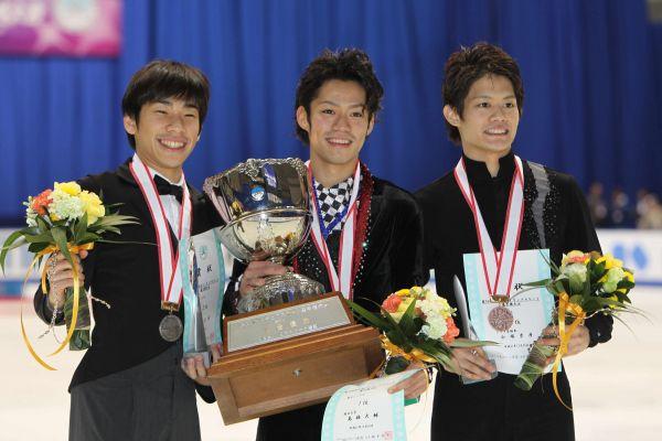 2009年全日本選手権で優勝した高橋大輔(中央)、2位の織田信成(左)、3位の小塚崇彦