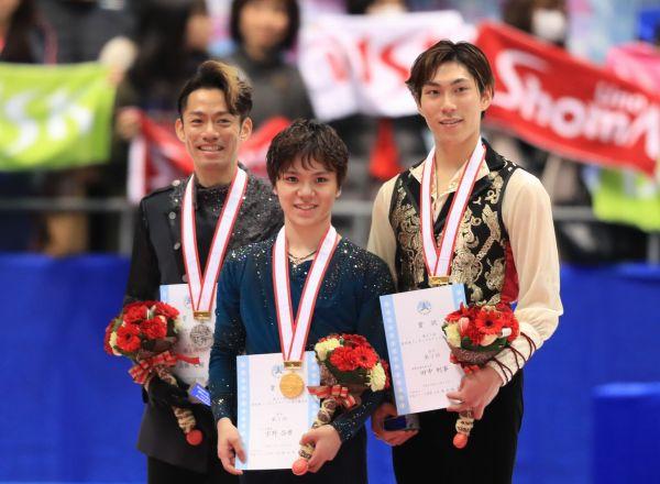 2018年全日本選手権で表彰台に立つ(左から)2位の高橋大輔、優勝した宇野昌磨、3位の田中刑事=内田光撮影