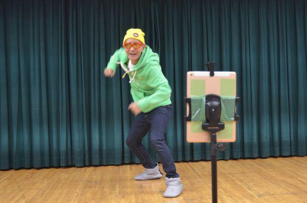 嵐の新曲のダンスを踊るDJヨギジー。iPadを使って、いつもひとりで撮影しているという