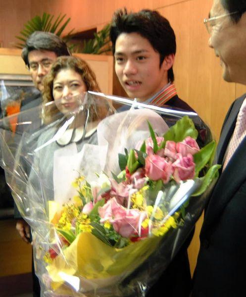 2002年のフィギュアスケート世界ジュニア選手権は優勝。岡山県庁で喜びを語る高橋大輔選手