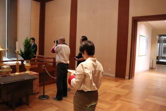 法隆寺での現地調査。百済観音を前に特徴をメモする。(※許可を得て撮影しています)