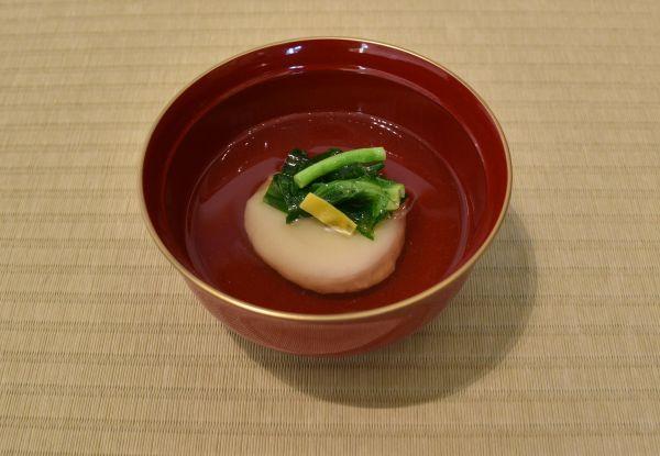 三重県伊勢市のお雑煮。丸餅ですまし