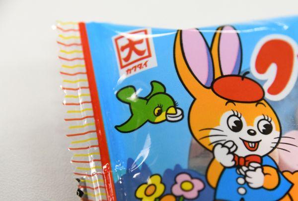 丸太に座ってラムネを食べるウサギとリスの上には「トリ」が飛んでいます。「トリ」も社内では大切なトレードマークの一部として認識されているようです