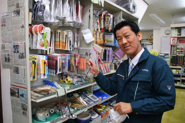 左利き用商品について説明する浦上裕生社長。
