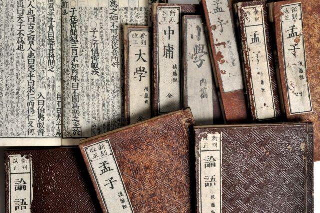 教科書資料館が所蔵する儒学書の数々=小杉豊和撮影
