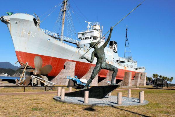 古式捕鯨の像や大型捕鯨船が展示されているくじら浜公園=2018年12月25日、和歌山県太地町