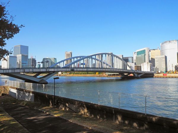 橋梁群めぐりの出発点は、最新の築地大橋。後方は汐留のビル群