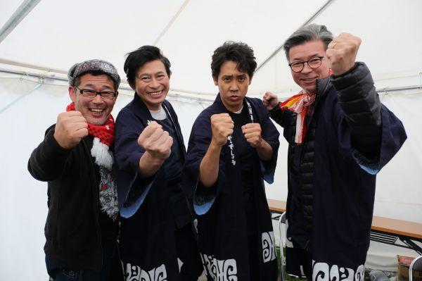 (左から)藤村忠寿ディレクター、鈴井貴之さん、大泉洋さん、嬉野雅道ディレクター (c)HTB