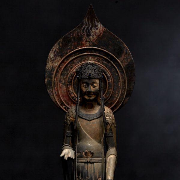宝冠の透かし彫りは、窪みをつくることでその模様を再現。(提供=海洋堂)