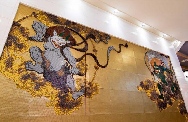 レゴストア成田空港店に設置されている風神雷神のモザイク画。すべてレゴブロックで出来ています