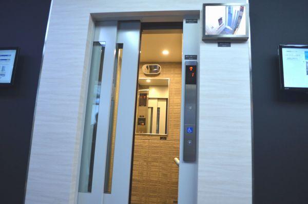 車いす兼用エレベーターは、扉が自動で閉まる時間が長めに設定されている=三菱電機ショールームにて