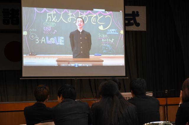 式典では中学時代に撮影した自分が、成人になった自分にメッセージを贈る動画が流される=2020年1月