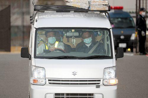 東京拘置所から出るカルロス・ゴーン被告を乗せた軽自動車=2019年3月6日午後4時33分、東京都葛飾区、藤原伸雄撮影