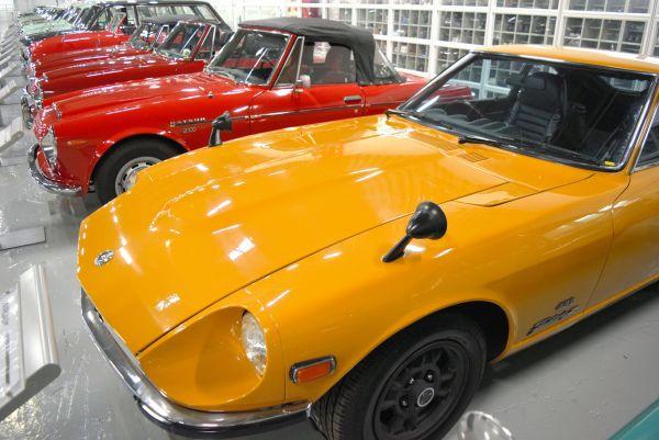 1969年に発売され、世界で計52万台が売れた初代フェアレディZ。なかでも「Z432」(手前)は高性能モデルで、ベーシックな「Z」の2倍近い価格だった
