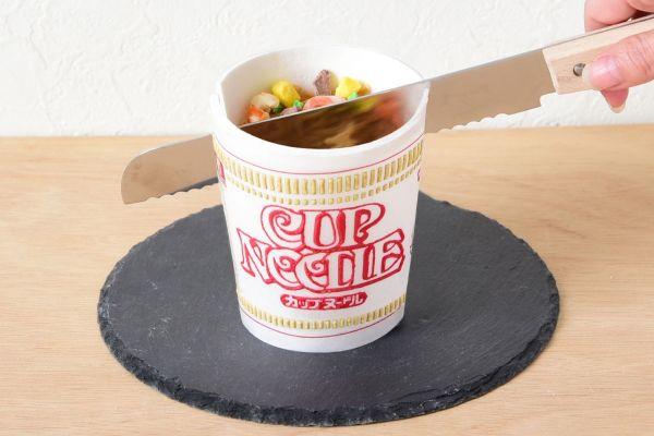 カップヌードルと思ったら…アイスでした 。中の具材部分だけでなくカップ部分も食べることができるそうです