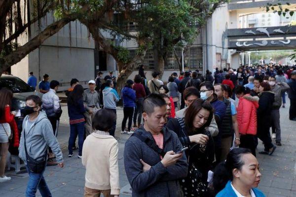 投票のため行列を作る人々=2020年1月11日、台北
