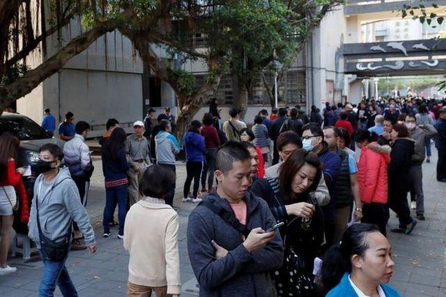 投票のため行列を作る人々=2020年1月11日、台北、ロイター