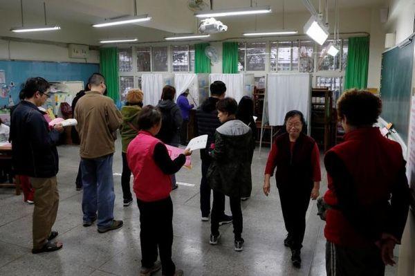 投票所で行列を作る人々=2020年1月11日、台北