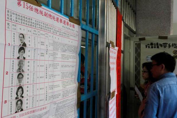 候補者のリストを眺める市民=2020年1月11日、台北