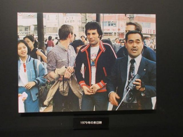 会場で展示された写真。買い物のフレディをガードする伊丹さん=2020年1月15日、日本橋高島屋