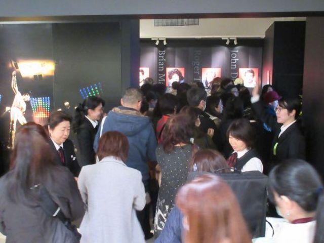 一つ一つ思い出を重ね合わせながら見るファンも多く、会場は熱気であふれていた=2020年1月15日、日本橋高島屋