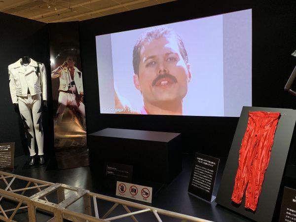 フレディ・マーキュリーを中心にクイーンの衣装11点が展示されているが、このうち6点が日本初公開=2020年1月15日、日本橋高島屋